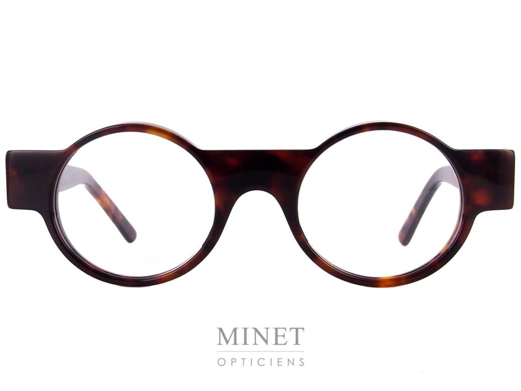 """Monture optique Michel Henau Odorono. Lunettes rondes de couleur imitation corne de buffles. La monture est comme """"travesée"""" par une grande barre qui compose les branches et les tenons."""