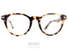 Monture optique de couleur écaille de tortue. Les Tom Ford 5525 sont de très belles lunettes optiques pour dames. De style vintage et en parfaite adéquation avec les codes de style très chic qui définissent le nom de Tom Ford.