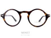 Lunettes optiques en imitation écaille de tortue. On pourrait presque dire qu'il s'agit d'une réédition de montures du début du XXème siècle, à la différence qu'ici, on à l'incrustation du T de Tom Ford sur caque coté de la monture. Les Tom Ford 5526 sont , comme précitée, des lunettes optiques rondes de style rétro.
