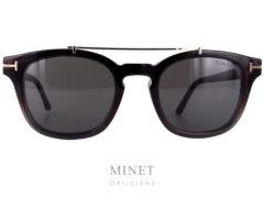Lunettes optique vintage pour hommes. Les Tom Ford 5532 sont de style rétro, de couleur écailles en haut qui se dégrade vers le gris, en bas. Celles-ci, on la particularité d'être munie d'un clip solaire aimanté. Ce clip, super pratique, vous facilitera la vie car, grâce à lui, vous aurez deux lunettes en une. Plus besoin de lunettes solaire correctrice.