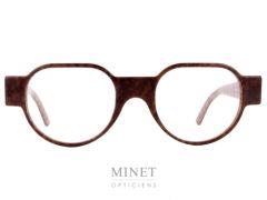 Les Henau Triono sont des lunettes optiques unisexe en acétate de couleur brune et de forme pantoscopique. Là où lunettes et art se rencontrent : voilà une formule qui résume bien la vision de Henau. Nous voulons que nos lunettes 100 % belges opèrent la synthèse entre fonctionnalité optique, design avant-gardiste et rayonnement artisanal. Ou encore, entre originalité et reconnaissance. Henau, ce sont des lunettes qui combinent look contemporain et caractère intemporel. De nos jours, les lunettes sont de véritables objets de mode, qui reflètent et renforcent la personnalité et le caractère de ceux qui les portent. Cette évolution n'a rien de surprenant : les lunettes étant la première chose que l'on remarque chez quelqu'un quand on le rencontre pour la première fois, pourquoi ne mettriez-vous pas le paquet pour que votre monture fasse la meilleure impression possible ? C'est pourquoi le créateur Marc Delagrange, un passionné d'optique et d'art moderne, travaille avec les lunettes comme s'il faisait de la haute couture : à ses yeux, une paire de lunettes, c'est comme un objet d'art où le design forme une parfaite harmonie avec la fonctionnalité et le confort. En d'autres termes, on se situe ici aux antipodes de la production de masse : HENAU ne jure que par des modèles uniques et signés à la main et s'inscrit ainsi dans une véritable démarche de couturier de lunettes. Le créateur Marc Delagrange n'a pas peur de sortir des sentiers battus et de jouer la carte de l'innovation technologique. Henau se présente également comme un spécialiste des lunettes qui voue un profond respect à la tradition : l'optique, c'est en effet plusieurs siècles d'histoire, avec des premières références qui remontent aux moines du Moyen-Âge. Cet artisanat, HENAU entend non seulement le perpétuer au maximum mais également le compléter et l'enrichir avec ses propres designs de caractère et avant-gardistes. Notre rayonnement international ne doit toutefois pas occulter le fait que c'est en Belgiq