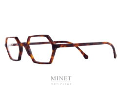 Les Henau Zoom sont de très belle lunettes hexagonales. Toute fines et élégantes ces lunettes optique iront aussi bien chez un homme que chez une dame aimant l'originalité. Là où lunettes et art se rencontrent : voilà une formule qui résume bien la vision de Henau. Nous voulons que nos lunettes 100 % belges opèrent la synthèse entre fonctionnalité optique, design avant-gardiste et rayonnement artisanal. Ou encore, entre originalité et reconnaissance. Henau, ce sont des lunettes qui combinent look contemporain et caractère intemporel. De nos jours, les lunettes sont de véritables objets de mode, qui reflètent et renforcent la personnalité et le caractère de ceux qui les portent. Cette évolution n'a rien de surprenant : les lunettes étant la première chose que l'on remarque chez quelqu'un quand on le rencontre pour la première fois, pourquoi ne mettriez-vous pas le paquet pour que votre monture fasse la meilleure impression possible ? C'est pourquoi le créateur Marc Delagrange, un passionné d'optique et d'art moderne, travaille avec les lunettes comme s'il faisait de la haute couture : à ses yeux, une paire de lunettes, c'est comme un objet d'art où le design forme une parfaite harmonie avec la fonctionnalité et le confort. En d'autres termes, on se situe ici aux antipodes de la production de masse : HENAU ne jure que par des modèles uniques et signés à la main et s'inscrit ainsi dans une véritable démarche de couturier de lunettes. Le créateur Marc Delagrange n'a pas peur de sortir des sentiers battus et de jouer la carte de l'innovation technologique. Henau se présente également comme un spécialiste des lunettes qui voue un profond respect à la tradition : l'optique, c'est en effet plusieurs siècles d'histoire, avec des premières références qui remontent aux moines du Moyen-Âge. Cet artisanat, HENAU entend non seulement le perpétuer au maximum mais également le compléter et l'enrichir avec ses propres designs de caractère et avant-gardistes. Notre rayonnement intern