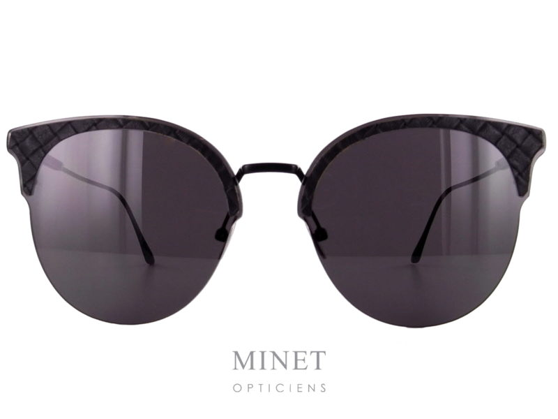 """Les Bottege Veneta BV0188 sont des lunettes de soleil dans le style de la mythique """"Club Master"""" revisitée avec les codes Bottega Veneta. Finition haut de gamme, les """"sourcils"""" sont en cuir tressé, marque de fabrique du savoir faire de la maison Bottega Veneta."""