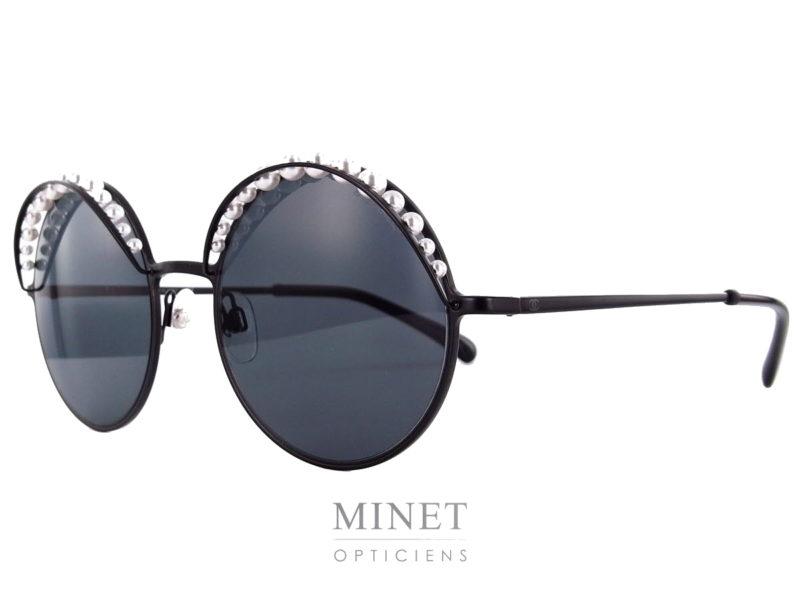 Les lunettes de soleil Chanel 4234 sont de superbes lunettes noires, rondes, dont les verres sont surmontés de perles de cultures, ce qui nous donne un aspect chic et très féminin.