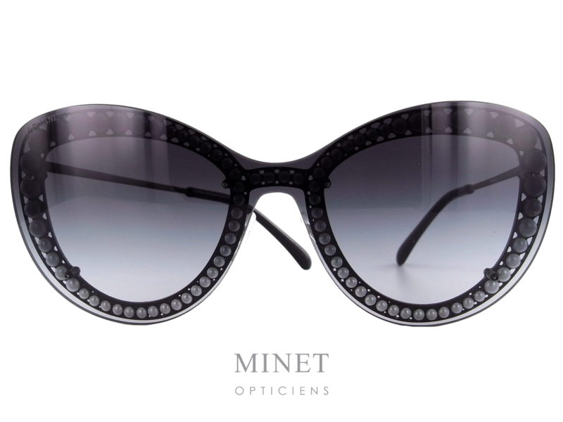 Superbe solaires montées de manière exceptionnelles avec le verre unique qui dévoile une rangée de perles. Les Chanel 4236 font partie de ces pièces d'exception dont la Maison Chanel a le secret.