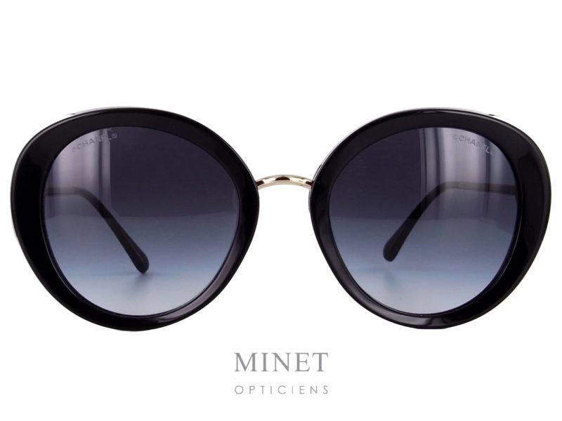 Grande lunettes de soleil pour dames, les Chanel 5398 sont composées de deux cerclage en cellulo épais, reliés par un fin pont en métal. Les fines branches métalliques ainsi que le pont donnent un aspect très léger à l'ensemble.