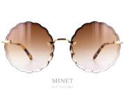 Les Chloé CE142 sont de superbe lunettes de soleil sans monture dont le bord du verre est taillé comme des pétales d'une fleur donnant un style Flower Power