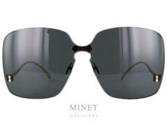 Les Gucci GG 352Ssont de grandes lunettes de soleil pour dames sans monture. C'est le grand verre rectangulaire surépaissis qui sert de support aux plaquettes et aux branches.