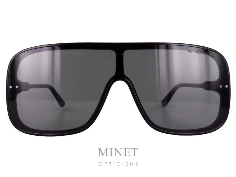 Les Bottega Veneta BV0167S nous annoncent le retour du masque. Grande solaires mixte sans contrainte de monture, elles vous offriront un très large champ de vision.