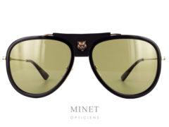 Les solaires Gucci GG 62 sont de superbe pilotes munie de verres catégorie 2 et décorées de la fameuse tête de tigre que l'on retrouve un peu partout dans la collection.