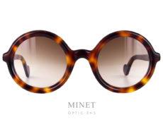 Lunettes de soleil rondes de couleur écailles de tortue demi blonde. Les Moncler 0005 ont la particularité d'avoir les bords et les branches arrondies. Ce qui nous rappelle les formes matelassées des veste en duvet qui ont fait la renommée de la marque.