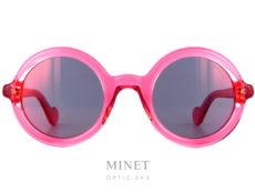 Lunettes de soleil rondes de couleur rose transparente avec des verres miroir rose. Les Moncler Solaires 0005 75Z ont la particularité d'avoir les bords et les branches arrondies. Ce qui nous rappelle les formes matelassées des veste en duvet qui ont fait la renommée de la marque.