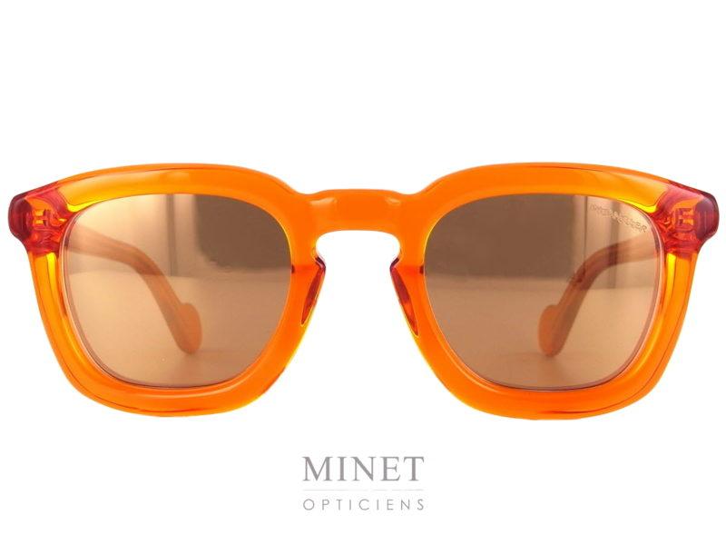 Les Moncler 0006 sont des lunettes de soleil rectangulaires super Funky. La monture, orange transparente, est montée de verres solaires miroité orange dans un ensemble super flashy qui ne vous fera pas passer inaperçu.