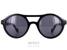 """Nouvelles Moncler ML0037. Lunettes de soleil noires ayant un double pont et les branches montées de rivets """" à l'ancienne"""". Les verres gris 85% de catégorie 3 sont 100% UV."""