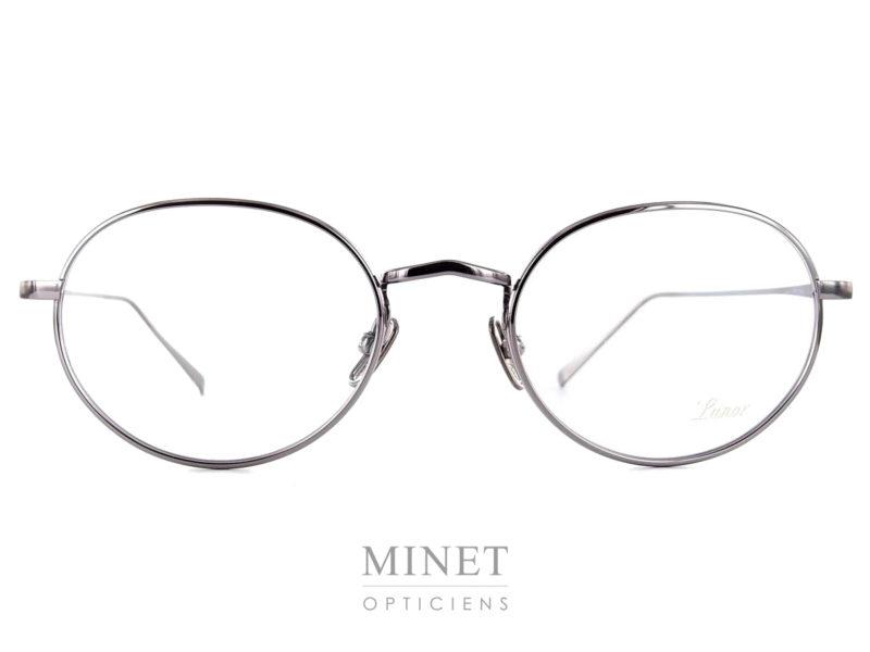 Les Lunor M9 03 sont des lunettes rétro, ovales en métal de couleur platine. Elles sont très légère et fabriquées avec une finition très haut de gamme ce qui vous garantira une monture confortable et élégante qui vous accompagnera pour un bon bout de temps.