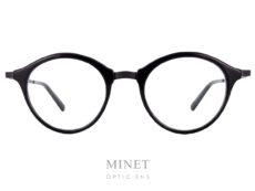 Monture combinées titane et acétate de cellulose. Les Masunaga gms 807 sont des lunettes pantos noire. Les branches sont gravées à l'ancienne.