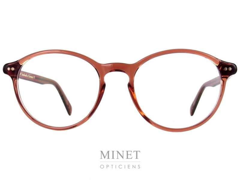 Les Lunor A10 353. Monture en acétate de forme ovale. Sa couleur prune et transparente laisse passer la lumière donnant un effet très léger et beaucoup moins dure à l'ensemble. Les grandes formes lui confère un style oversize très contemporain malgré son style très rétro.