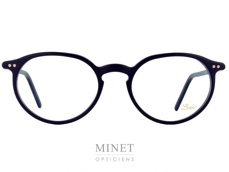 Les Lunor A5 231 sont des lunettes rétro, de forme ovales pantos en acétate de cellulose de couleur bleu marine. Elles sont très légère et fabriquées avec une finition très haut de gamme ce qui vous garantira une monture confortable et élégante qui vous accompagnera pour un bon bout de temps.