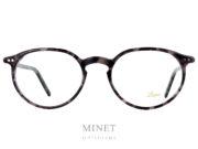 Les Lunor A5 231 grises sont des lunettes rétro, de forme ovales pantos en acétate de cellulose de couleur écaille grises. Elles sont très légère et fabriquées avec une finition très haut de gamme ce qui vous garantira une monture confortable et élégante qui vous accompagnera pour un bon bout de temps. Créée par un opticien allemand passionné d'art et d'antiquité,Lunors'est spécialisée dans les modèles vintage. Quand on évoque le vintage on pense tout de suite aux lunettes des années 50 à 70 maisLunorva plus loin car la marque reprend des modèles du XIXe siècle avec par exemple le principe des branches télescopiques. Cette empreinte se retrouve bien sûr dans les formes. On se souvient par exemple des fameuses lunettes rétro rondes de Steve Jobs, le fondateur d'Apple. Les modèles sont fabriqués en corne, en acétate écaille, en encore en or et platine. Leurs montures sont réputées aussi bien pour leur conception équilibrée que pour leurs proportions harmonieuses. En quelques mots, les lunettesLunorsont intemporelles, chic et élégantes à la fois !
