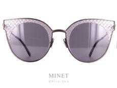 Les Bottega Veneta BV0189S sont de grandes lunettes de soleil à la forme très papillonnante. La monture est en métal tandis que les verres de chez Zeiss ont été gravé au niveau des sourcils de façon à nous rappeler le fameux cuir entrecroisé qui est le signe distinctif de la marque. Griffe italienne de confection d'articles de cuir depuis 1966,Bottega Venetavous propose des lunettes de soleil et de vue de qualité, caractérisées par la sobriété et le raffinement. Les lunettes solaires sont généralement oversize et très glamour, soit en acétate, soit en métal, dans des tonalités chaudes et naturelles. Côté optique, lunettes rectangulaires, carrées, gouttes, ovales et cat's eyes se côtoient, pour que chacun trouve une monture adaptée à son visage. Les lunettesBottega Venetatransmettent un sens d'exclusivité, d'élégance et de savoir-faire artisanal. Ses produits se distinguent particulièrement par l'utilisation du motif entrecroisé, caractéristique de la marque.