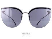 Les Bottega Veneta BV 205S sont de grandes lunettes de soleil à la forme très papillonnante. Sans monture, le pont et les branches sont directement fixés aux verres ce qui rend l'ensemble extrêmement léger. Ces solaires vous apporterons une excellente protection et un confort de port incomparable grâce à leur légèreté.  Griffe italienne de confection d'articles de cuir depuis 1966,Bottega Venetavous propose des lunettes de soleil et de vue de qualité, caractérisées par la sobriété et le raffinement. Les lunettes solaires sont généralement oversize et très glamour, soit en acétate, soit en métal, dans des tonalités chaudes et naturelles. Côté optique, lunettes rectangulaires, carrées, gouttes, ovales et cat's eyes se côtoient, pour que chacun trouve une monture adaptée à son visage. Les lunettesBottega Venetatransmettent un sens d'exclusivité, d'élégance et de savoir-faire artisanal. Ses produits se distinguent particulièrement par l'utilisation du motif entrecroisé, caractéristique de la marque.