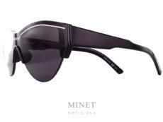 Pour son grand retour en lunettes Balenciaga a frappé un grand coup avec cette nouvelles collection pleine de modèle uniques et fidèle à leur style. Avec le masque Balenciaga BB4S vous aurez de superbe lunettes de soleil au style bien marqué et aux formes originales. Pratiquement sans monture, donc très légères. Et l'écran vous protégera à 100% contre les rayons ultra violet. La collectionBalenciagapropose des modèles de lunettes créatifs et sophistiqués caractérisés par un grand niveau de qualité, synonyme d'une marque prestigieuse de luxe. Spectaculaires, sculpturales, les formes que l'on retrouve dans les designs deBalenciagasont toujours d'actualité, à la pointe de la mode contemporaine. Les lunettesBalenciagaprésentent des styles très différents, entre les modèles aux formes classiques et les looks futuristes, tout le monde peut trouver la paire de lunettes idéale dans la collectionBalenciaga.