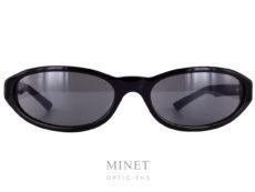 """Superbes lunettes de soleil toute fine. Les Balenciaga BB7S sont de fines solaires de forme ovale et cambrées. La face cambrée ainsi que les verres solaires offrent une protection et une """"couverture"""" optimale. La collection de lunettesBalenciagapropose des modèles de lunettes sophistiqués et créatifs caractérisés par un grand niveau de qualité, synonyme d'une marque prestigieuse de luxe. Spectaculaires, sculpturales, les formes que l'on retrouve dans leurs designs sont toujours d'actualité, à la pointe de la mode contemporaine. Les lunettesBalenciagaprésentent des styles très différents, entre les modèles aux formes classiques et les looks futuristes, tout le monde peut trouver la paire de lunettes idéale dans cette collection."""