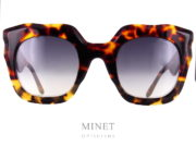 Très belles lunettes de soleil pour dames. Grandes, épaisses, de formes très originale mais très glamour. Les Laurence D'Ari Devoted sont de très belle lunettes de créateur. Les branches, toutes aussi originales que la monture sont conçues pour que l'on puisse y accrocher une très belle chaîne élégante et utile. Créatrice Belge, LAURENCE D'ARIveut partager la passion et dispose d'une gamme de luxe forte, charismatique et élégante. Les modèles sont inspirés par des éléments vintage pont entre le passé et le présent, offrant des cadres avec une féminité avérée, mais portable tous les jours.