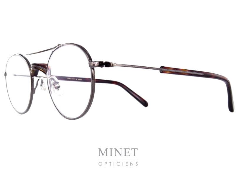 Lunettes contemporaine d'inspiration vintage, les Masunaga GMS 106 sont de très belles lunettes de forme rondes légèrement pilote montées d'un double pont renforcé par un insert en acétate de couleur écaille de tortue.
