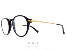 Lunettes combinées face en acétate branches en titane. Les Masunaga GMS 816 sont de très belles lunettes de forme pantoscopique et de style rétro. Le titane japonais nous donnes une garantie de légèreté et de solidité. De plus, il est hypoallergénique. Créée en 1905, la marque Masunaga est l'un des fleurons de la lunetterie japonaise. Ces modèles fabriqués avec rigueur et précision – elles passent par plus de 200 étapes manuelles – ont un style plutôt rétro. On retrouve beaucoup de lunettes Pantos ou rondes en acétate et en métal. Les collections de lunettes de soleil rétro et de vue restent classiques mais sont toujours de très belle facture. La marque a reçu une pluie de récompenses ces dernières années avec notamment deux Silmo d'Or. En 2014, la lunette de soleil « Campanule » en collaboration avec le styliste Kenzo Takada remporte un très grand succès. En 2015, c'est la lunette optique « GMS 106 » qui tire son épingle du jeu ! Masunaga ne finit pas de surprendre c'est certain!