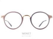 Les Masunaga GMS 826 sont des montures de forme arrondie et de style rétro. La face est joliment décorée par des inserts en acétate qui lui donnent un peu plus de caractère. La monture , quand à elle, est en pure titane Japonais. Le titane japonais nous donnes une garantie de légèreté et de solidité. De plus, il est hypoallergénique. Créée en 1905, la marque Masunaga est l'un des fleurons de la lunetterie japonaise. Ces modèles fabriqués avec rigueur et précision – elles passent par plus de 200 étapes manuelles – ont un style plutôt rétro. On retrouve beaucoup de lunettes Pantos ou rondes en acétate et en métal. Les collections de lunettes de soleil rétro et de vue restent classiques mais sont toujours de très belle facture. La marque a reçu une pluie de récompenses ces dernières années avec notamment deux Silmo d'Or. En 2014, la lunette de soleil « Campanule » en collaboration avec le styliste Kenzo Takada remporte un très grand succès. En 2015, c'est la lunette optique « GMS 106 » qui tire son épingle du jeu ! Masunaga ne finit pas de surprendre c'est certain!
