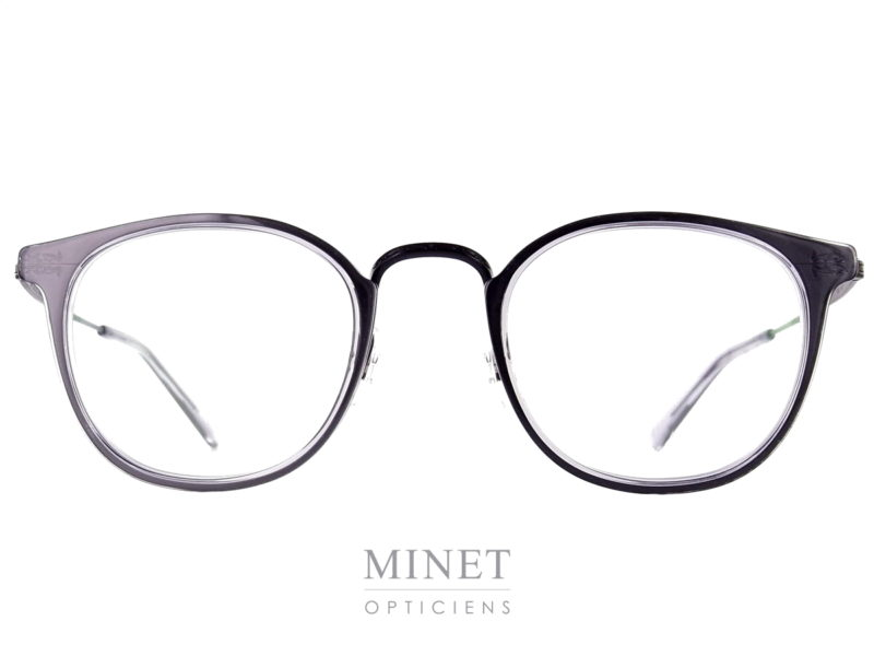 Masunaga GMS 827. Lunettes optique rectangulaires et de style rétro. La face est joliment décorée par des inserts en acétate qui lui donnent un peu plus de caractère. La monture , quand à elle, est en pure titane . Le titane japonais est le meilleur titane nous donnes une garantie de légèreté et de solidité. De plus, il est hypoallergénique. Créée en 1905, la marque Masunaga est l'un des fleurons de la lunetterie japonaise. Ces modèles fabriqués avec rigueur et précision – elles passent par plus de 200 étapes manuelles – ont un style plutôt rétro. On retrouve beaucoup de lunettes Pantos ou rondes en acétate et en métal. Les collections de lunettes de soleil rétro et de vue restent classiques mais sont toujours de très belle facture. La marque a reçu une pluie de récompenses ces dernières années avec notamment deux Silmo d'Or. En 2014, la lunette de soleil « Campanule » en collaboration avec le styliste Kenzo Takada remporte un très grand succès. En 2015, c'est la lunette optique « GMS 106 » qui tire son épingle du jeu ! Masunaga ne finit pas de surprendre c'est certain!