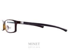 Les Starck SH1015 sont des lunettes rectangulaires assez fines faisant partie de la collection Gravity Evo. Cette collection est composée en Gravity, matériaux, résistant et léger, exclusif aux lunettes Starck. Exclusif, comme les fameuses charnières qui permettent aux branche de bouger dans les 3 dimensions. Inventées par Philippe Starck, il les a imaginées en s'inspirant de l'articulation de l'épaule. Concept appelé BioVision. Élégance et intelligence sont les maîtres-mots de PhilippeStarck, célèbre designer. C'est en suivant ce crédo qu'il conçoit les lunettesStarckEyes en association avec le célèbre lunetier Alain Mikli. Ils ont donné naissance à une collection de lunettes design sans équivalent ! Elles sont à la fois légères, confortables et résistantes grâce à l'utilisation de matériaux tels que l'aluminium ou le titane. Les lunettesStarckEyes, c'est aussi et surtout un système de charnières breveté unique et innovant. Grâce à elles, vous ne casserez plus jamais les branches de vos lunettes. Le design de ses modèles reste épuré avec des lunettes plutôt sobres et très élégantes.