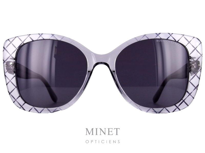 Les Bottega Veneta BV 198S sont de grandes lunettes de soleil en acétate de cellulose de forme papillonnante. Les montures grises transparente sont décorées d'un joli croisillon noir rappelant le cuir entrecroisé de leur ligne de maroquinerie. Griffe italienne de confection d'articles de cuir depuis 1966,Bottega Venetavous propose des lunettes de soleil et de vue de qualité, caractérisées par la sobriété et le raffinement. Les lunettes solaires sont généralement oversize et très glamour, soit en acétate, soit en métal, dans des tonalités chaudes et naturelles. Côté optique, lunettes rectangulaires, carrées, gouttes, ovales et cat's eyes se côtoient, pour que chacun trouve une monture adaptée à son visage. Les lunettesBottega Venetatransmettent un sens d'exclusivité, d'élégance et de savoir-faire artisanal. Ses produits se distinguent particulièrement par l'utilisation du motif entrecroisé, caractéristique de la marque.