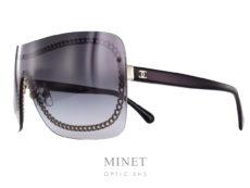 Chanel est l'une des maisons les plus influentes de Paris. Elle est l'incarnation même de l'élégance et du raffinement.  Sous la supervision de Karl Lagerfeld lui-même, les lunettes sont soigneusement dessinées afin de fournir style et goût grâce à l'inspiration des collections de haute-couture et de prêt-à-porter.  Chaque paire de lunettes Chanel possède sa propre personnalité: extravagante, discrète, autoritaire, aguichante, … elles sont déclinées en plusieurs coloris et modèles.  Quel que soit le type de lunettes, solaire ou optique, ces lunettes se distinguent par un design unique. Sur certains modèles, les branches sont caractérisées par une esthétique singulière: symboles, chaînes, bijoux, perles ou matelassées.  Opter pour des lunettes Chanel, c'est opter pour le chic intemporel!