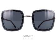 Chanel 4244. Lunettes de soleil très originale dont la monture est entièrement composée de la chaîne des sacs à main. Les verres sont de forme rectangulaire. Ces Lunettes de soleil sont fournies avec, au choix, la chaînette simple ou la triples chaînette reprenant les codes qui on fait la réputation de la Maison Chanel. Chanelest l'une des maisons les plus influentes de Paris. Elle est l'incarnation même de l'élégance et du raffinement. Sous la supervision de Karl Lagerfeld lui-même, les lunettes sont soigneusement dessinées afin de fournir style et goût grâce à l'inspiration des collections de haute-couture et de prêt-à-porter. Chaque paire de lunettesChanelpossède sa propre personnalité: extravagante, discrète, autoritaire, aguichante, … elles sont déclinées en plusieurs coloris et modèles. Quel que soit le type de lunettes, solaire ou optique, ces lunettes se distinguent par un design unique. Sur certains modèles, les branches sont caractérisées par une esthétique singulière: symboles, chaînes, bijoux, perles ou matelassées. Opter pour des lunettesChanel, c'est opter pour le chic intemporel!