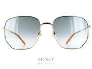Les Gucci GG 396S sont de grandes solaires en métal doré. Dans un style très vintage, les grands verres carré sont dégradé gris.