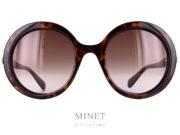 Grandes lunettes de soleil rondes en écaille, (existe en différentes couleurs). Les Gucci 367S sont des solaires pour dames qui apportent une touche très glamour et délicieusement rétro.