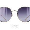 Grandes solaires dames les Gucci GG 401 sont de très belles lunettes de soleil en métal doré. Les verres rond sont joliment décorés par un bord bleu au niveau des tempes.