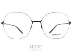 Monture optiques dames, les Balenciaga BB14O sont des lunettes en métal, ultra fines ayant un look oversized très 80's. Les verres sont de forme hexagonales légèrement papillonnantes. La monture, très fine, vient se sertir dans le verres afin d'être la plus discrète possible. Le résulta en est cette magnifique monture légère, solide, et super stylée. La collection de lunettesBalenciagapropose des modèles de lunettes sophistiqués et créatifs caractérisés par un grand niveau de qualité, synonyme d'une marque prestigieuse de luxe. Spectaculaires, sculpturales, les formes que l'on retrouve dans leurs designs sont toujours d'actualité, à la pointe de la mode contemporaine. Les lunettesBalenciagaprésentent des styles très différents, entre les modèles aux formes classiques et les looks futuristes, tout le monde peut trouver la paire de lunettes idéale dans cette collection.