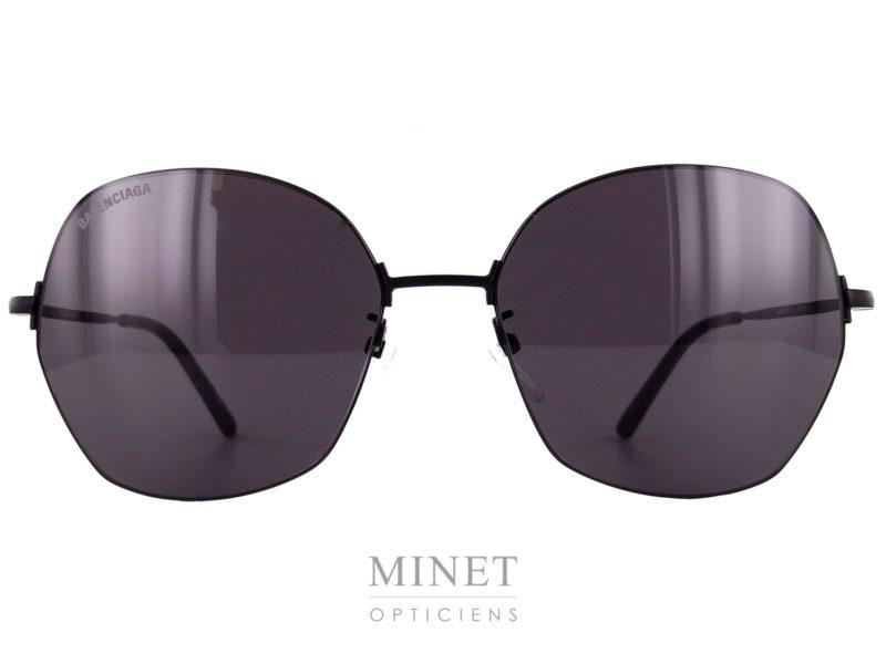 Lunettes de soleil pour dames, les lunettes de soleil Balenciaga BB14S sont en métal, ultra fines ayant un look oversized très 80's. Les verres 100% UV sont de forme hexagonales légèrement papillonnantes. La monture, très fine, vient se sertir dans le verres afin d'être la plus discrète possible. Le résulta en est cette magnifique monture légère, solide, et super stylée.
