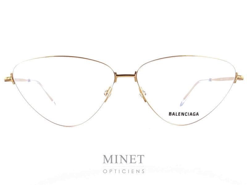 Les lunettes Balenciaga BB 15O sont de grandes montures optiques pour dames, très glamour, leur formes triangulaires en font une monture très particulière. Dans un style vintage, digne des montures Américaines des 50's elles ont la particularité de d'être très fines et légères. Mais leur finesse n'enlève en rien la particularité de leur style très affirmé.   La collection de lunettesBalenciagapropose des lunettes sophistiqués et créatives caractérisés par un grand niveau de qualité, synonyme d'une marque prestigieuse et luxueuse. Spectaculaires, sculpturales, les formes que l'on retrouve dans leurs designs sont à la pointe de la mode contemporaine. Les lunettesBalenciagaprésentent des styles très différents, entre les modèles aux formes classiques et les looks futuristes, tout le monde peut trouver la paire de lunettes idéale dans cette collection.
