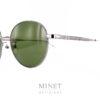 Lunettes solaires métal pantos. Ici, on revisite un grand classique avec la Balenciaga BB9SK. La solaire pantos digne de la fin de années 80 début 90 avec une finition et de petits détails haut de gamme digne des plus grands de luxe. La collection de lunettesBalenciagapropose des modèles de lunettes sophistiqués et créatifs caractérisés par un grand niveau de qualité, synonyme d'une marque prestigieuse de luxe. Spectaculaires, sculpturales, les formes que l'on retrouve dans leurs designs sont toujours d'actualité, à la pointe de la mode contemporaine. Les lunettesBalenciagaprésentent des styles très différents, entre les modèles aux formes classiques et les looks futuristes, tout le monde peut trouver la paire de lunettes idéale dans cette collection.