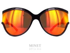 Les lunettes Balenciaga BB38S sont de grande solaires extraordinaires dont les branches sont constituées de la même matière que les verres. Nous donnant une continuité parfaite des verres à la monture. La collection de lunettesBalenciagapropose des modèles de lunettes sophistiqués et créatifs caractérisés par un grand niveau de qualité, synonyme d'une marque prestigieuse de luxe. Spectaculaires, sculpturales, les formes que l'on retrouve dans leurs designs sont toujours d'actualité, à la pointe de la mode contemporaine. Les lunettesBalenciagaprésentent des styles très différents, entre les modèles aux formes classiques et les looks futuristes, tout le monde peut trouver la paire de lunettes idéale dans cette collection.