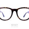 Les montures Tom Ford sont de grande lunettes pour hommes. La face est assez grande et épaisse, donnant un style assez fort et affirmé. Les branches, telles la face, sont aussi épaisses ce qui procure un ensemble chic, cohérent et très bien fini.
