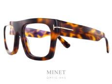 Les lunettes Tom Ford 5634 annoncent un retour de la monture optique très épaisse. Grande et très marquées, elles vous donneront un look très affirmé. Elles existent aussi en noir.