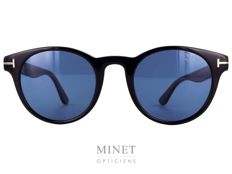 Les Tom Ford Palmer sont des solaires noires de forme arrondies munies de verres bleus. Ces solaires iront aussi bien pour un homme qu'une dame, leurs formes classiques et intemporelles en feront une lunettes de style qui traversera le temps et les modes.