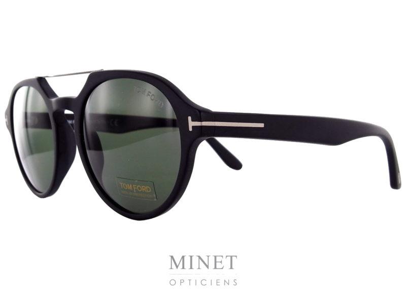 Les Tom Ford Stan sont de superbes lunettes pour hommes dans le style 70's. De forme ovale double pont, elles vous protégeront du soleil et de ses mauvais rayons tout en vous offrant un super style.