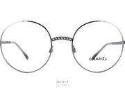 Lunettes rondes en métal, les lunettes Chanel 2166 ont la particularité d'avoir le pont et les branches façonnées de façon à ressembler aux chaînes comme les bijoux et les sacs de la Maison Chanel.