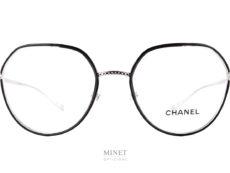 Les lunettes Chanel 2189-j sont des lunettes optiques dames en métal argenté de forme papillonnantes. Le pont est décoré du matelassé Chanel et les cerclages des verres sont sertis d'acétate de cellulose noir pour donner plus de caractères à la monture.